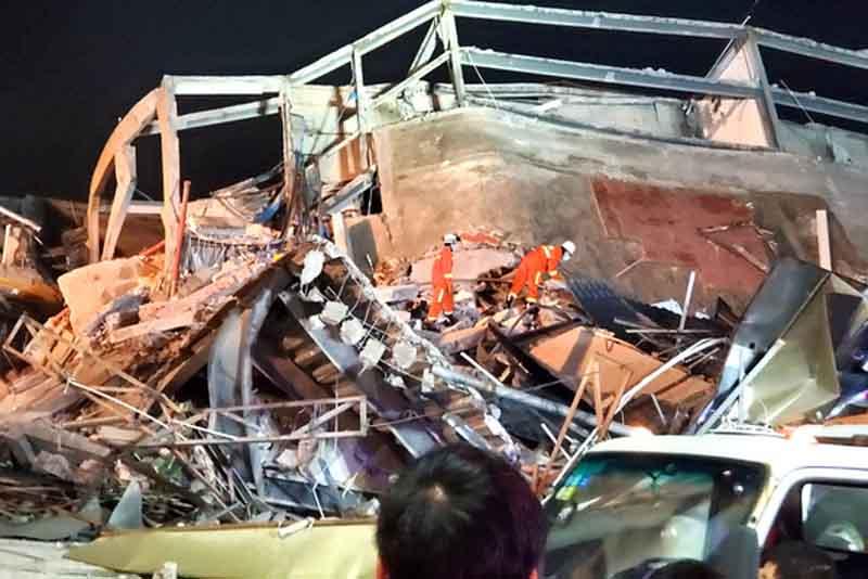 Lực lượng cứu hộ tìm kiếm nạn nhân trong đống đổ nát. (Ảnh: REUTERS)