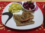Tuniak obalený v sezame a zelenom čaji, maslové zemiaky s čerstvou pažítkou a šalát z červenej kapusty