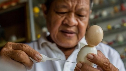 Nguyen Thanh Tam creating World Cup mascot using eggshells