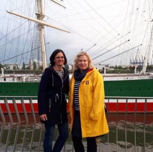zusmmen mit Petra Hülsmann vor der Rickmer Rickmers
