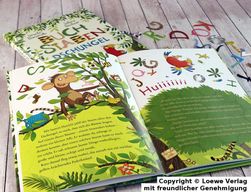 Foto Buch mit aufgeschlageneem Buch und bunten Buchstaben
