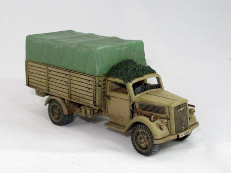 I added a cam net to the roof here. A rack on top of the cab seems to have been common, too.