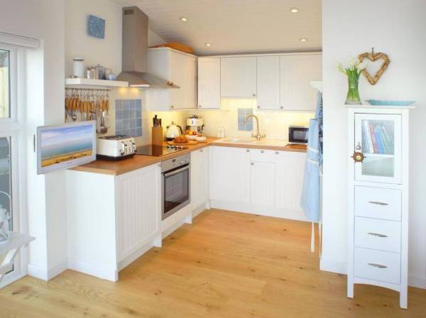 320-sq-ft-tiny-beach-cottage-vacation-in-cornwall-07