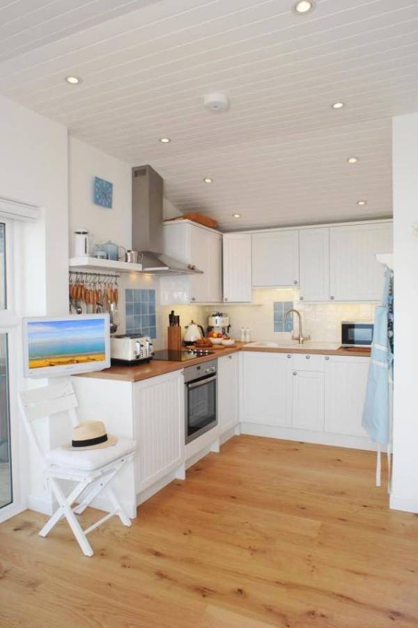 320-sq-ft-tiny-beach-cottage-vacation-in-cornwall-08