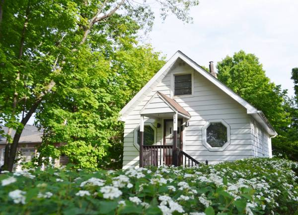 500 Sq Ft Tiny Cottage in Toronto 001