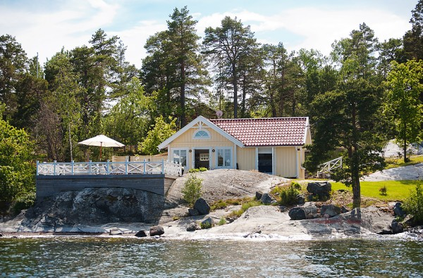 538-sq-ft-cottage-in-sweden-kalvsvik-lake-house-001