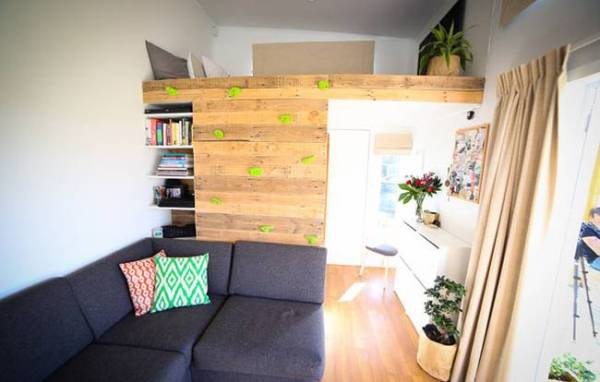 couples-climbing-wall-tiny-house-3