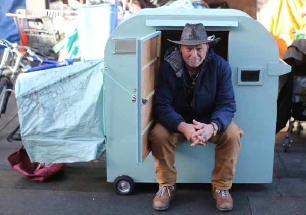 formerly-homeless-man-builds-micro-shelter-for-homeless-friend-4