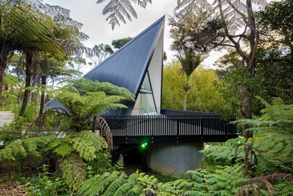 Modern and luxurious tiny a frame cabin in waiheke island for Modern a frame cabin