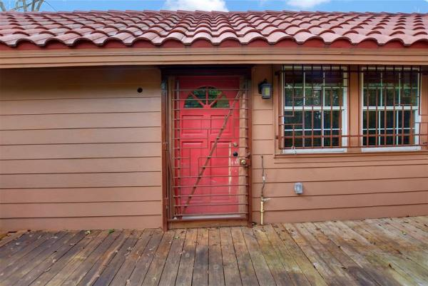 Tiny Cottage on Stilts in Houston Texas For Sale 0016