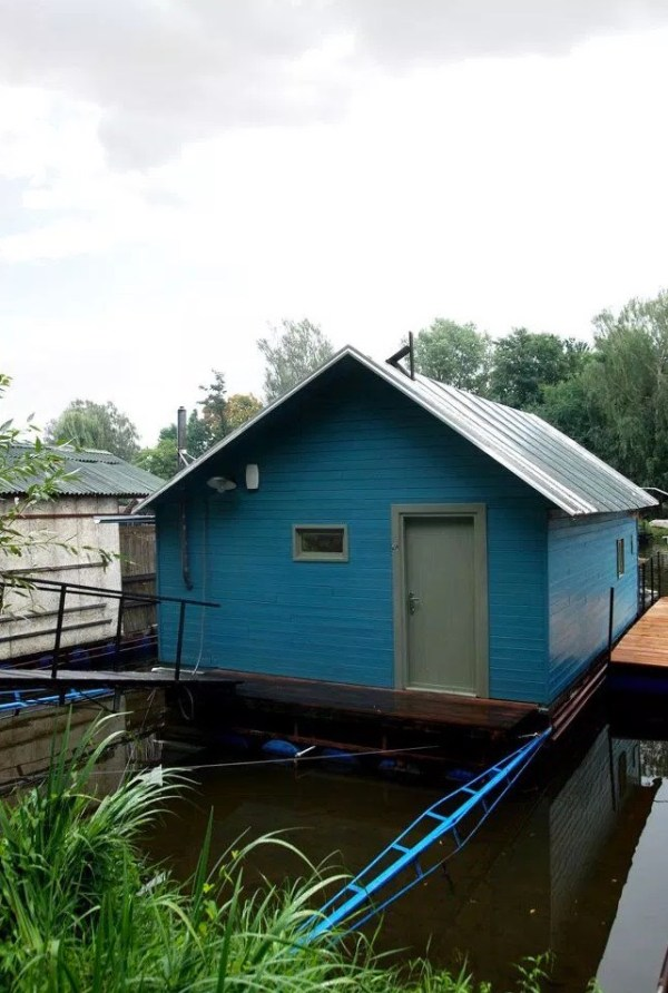 Tiny Floating Home in Prague 0013