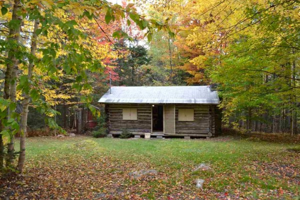 tiny-log-cabin-on-17-acres-in-vermont-001