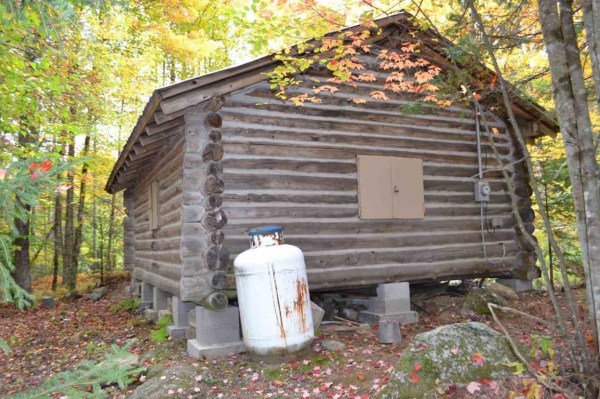 tiny-log-cabin-on-17-acres-in-vermont-006