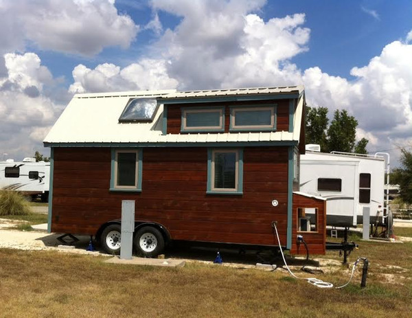 couple-living-tiny-in-ausitn-tx-rv-park-02