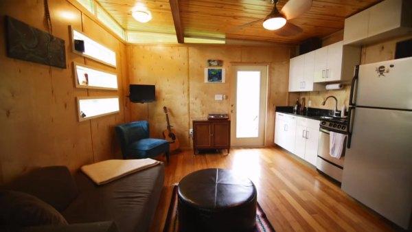 couples-modern-336sqft-studio-tiny-house-austin-tx-005