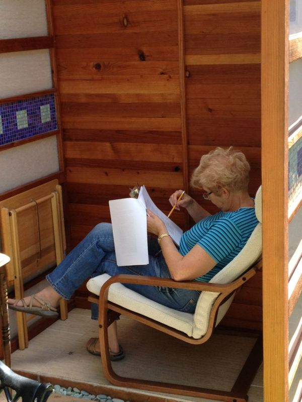 man-builds-diy-micro-writing-shed-for-wife-005