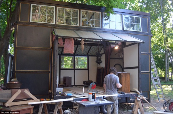 movie-set-tiny-house-006