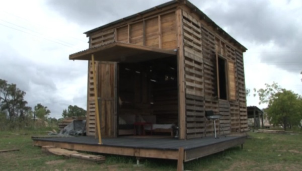pallet-house-001