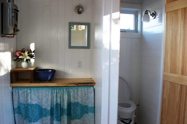 the-birdhouse-tiny-house-on-wheels-by-full-moon-tiny-shelters-004