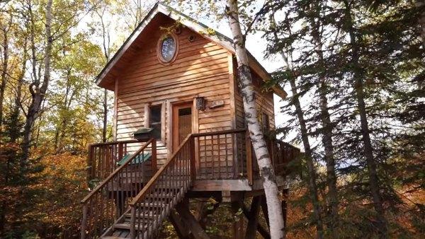 Tiny cabin on stilts for Log cabin homes on stilts