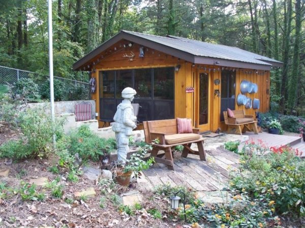 villa-big-retired-army-generals-tiny-cabin-office-get-away-001