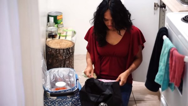 woman-lives-zero-waste-lifestyle-002