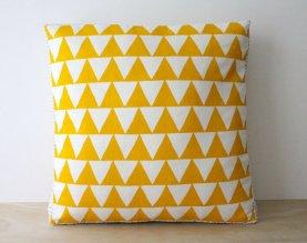 coussin jaune et blanc motif triangle