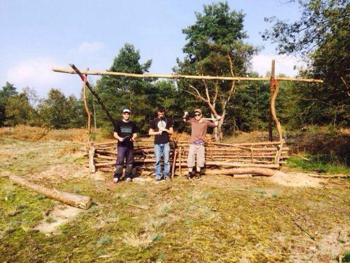 Dj-booth en crew tijdens de opbouw van het feest Huppelende paddestoelen op fluor-avontuur