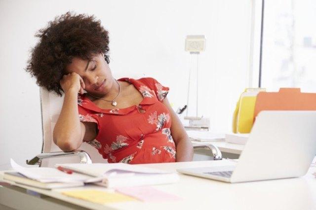 Fatigué, femme, travailler, bureau, dans, studio design