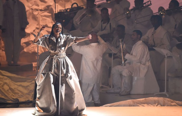 NEW YORK, NY - AUGUST 28: Rihanna performs onstage during the 2016 MTV Music Video Awards at Madison Square Gareden on August 28, 2016 in New York City. (Photo by Michael Loccisano/Getty Images)