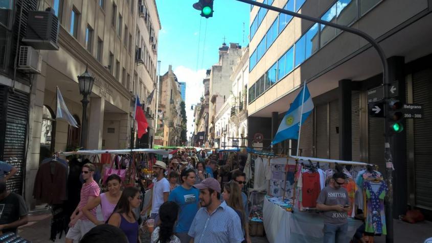 Folla di persone al mercato di San Telmo a Buenos Aires