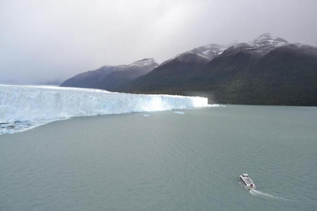 Barca al ghiacciaio Perito Moreno e lago Argentino a El Calafate nella Patagonia argentina