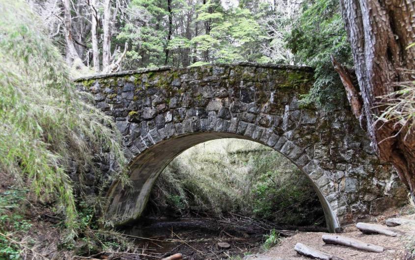 Ponte romano lungo il Circuito Chico di Bariloche in Argentina