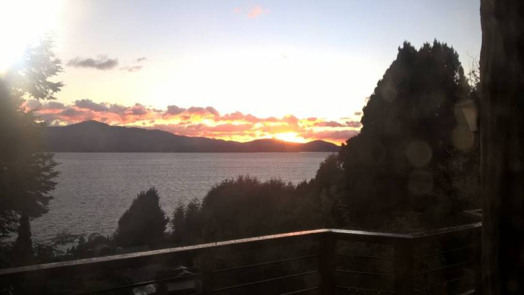 Casa con vista sul lago al tramonto a San Carlos de Bariloche in Argentina