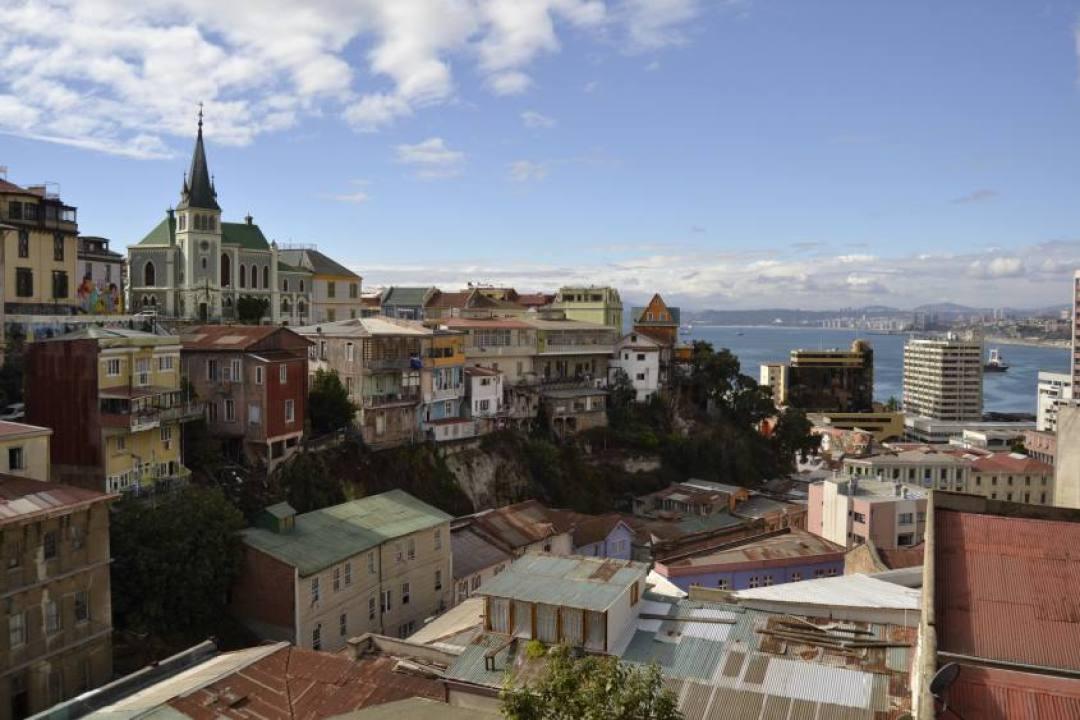 Vista dell'oceano e della Chiesa Luterana da uno dei cerros di Valparaiso in Cile