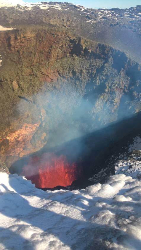 Schizzi di lava nel cratere del Vulcano Villarrica in Cile