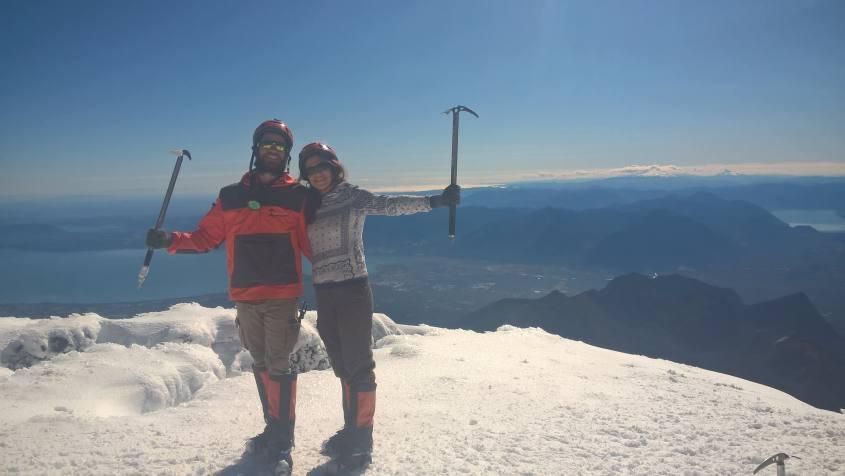 Sul cratere del Vulcano Villarrica di Pucon in Cile sulla neve fresca