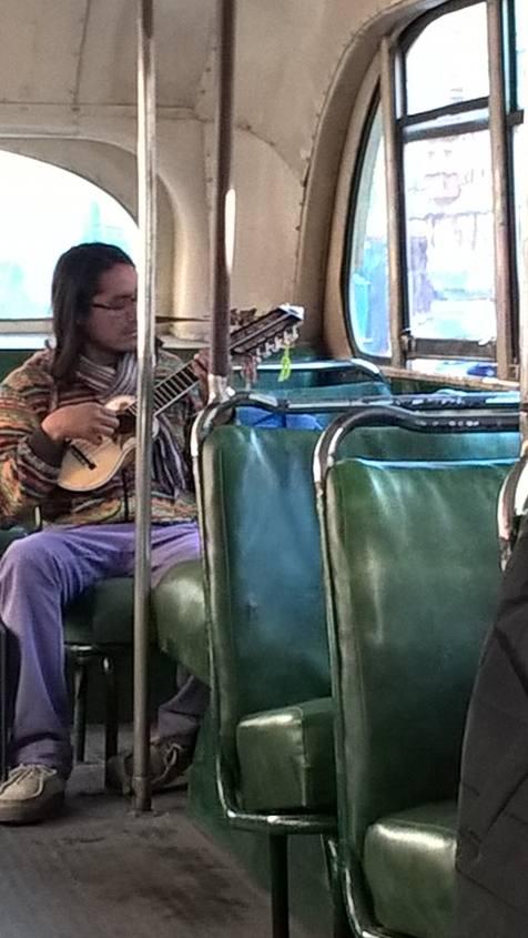 Musicista su bus trolley a Valparaiso in Cile