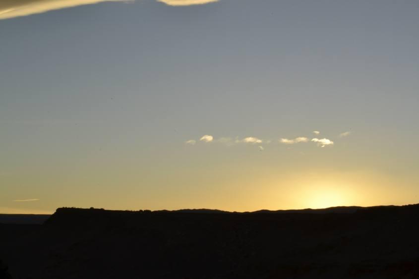 Tramonto dalla Valle della Luna nel deserto di Atacama in Cile