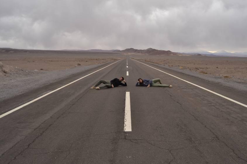Sdraiati sulla strada Ruta del Desierto del deserto di Atacama