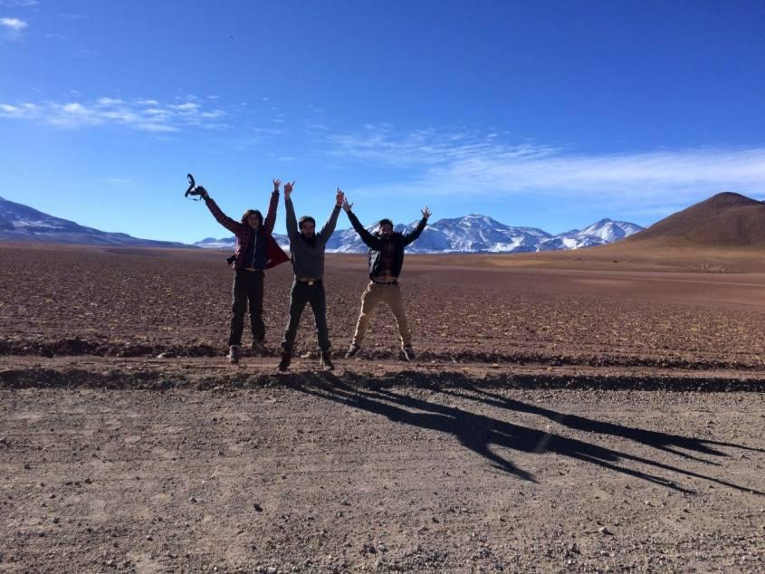 Foto con salto nel viaggio di ritorno dai Geyser del Tatio nel deserto di Atacama in Cile