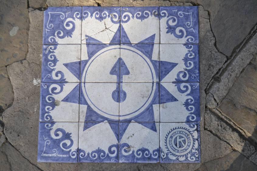 Cartello in ceramica con freccia a Salta in Argentina