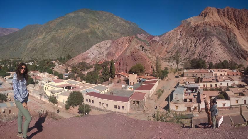 Vista completa della montagna dai sette colori di Purmamarca in Argentina