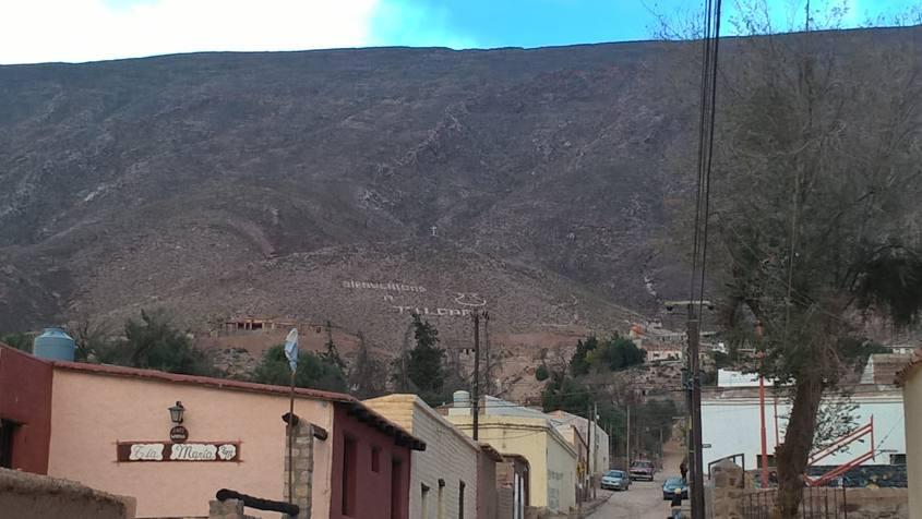 Solchi nella montagna con la scritta Benvenuti a Tilcara