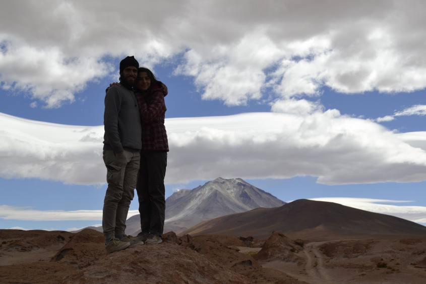 Paesaggio con vulcano Ollague durante il tour al Salar di Uyuni