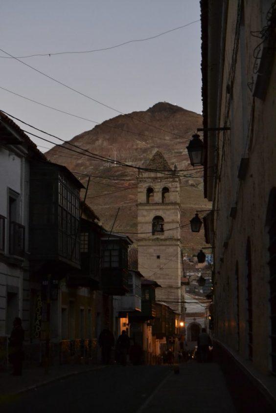 Vista sul Cerro Rico dal centro di Potosì in Bolivia