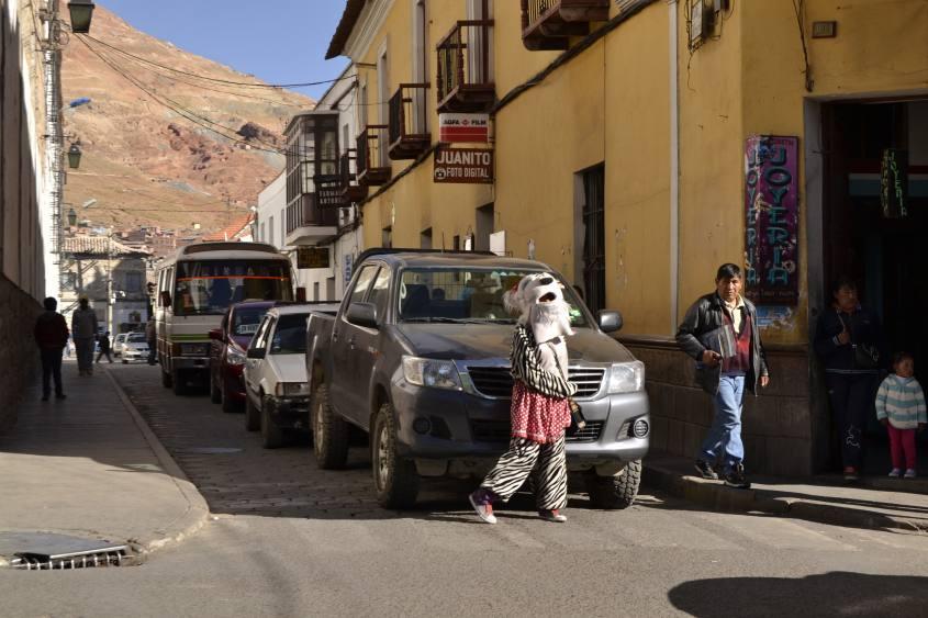Mascotte dell'attraversamento pedonale a Potosì in Bolivia