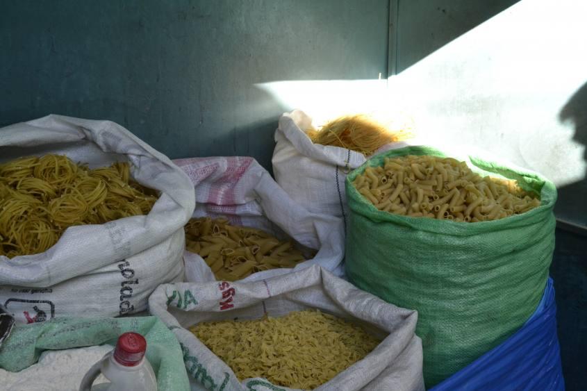 Numerosi tupi di pasta al Mercado Central di Potosì in Bolivia