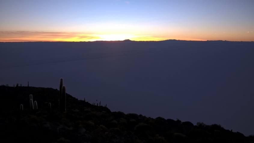 Alba nel Salar di Uyuni dall'Isola Incahuasi in Bolivia