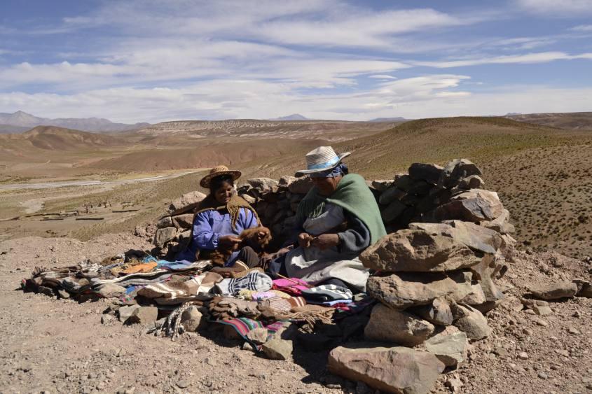 Negozio di souvenir alternativo di cholitas durante il tour del Salar di Uyuni in Bolivia